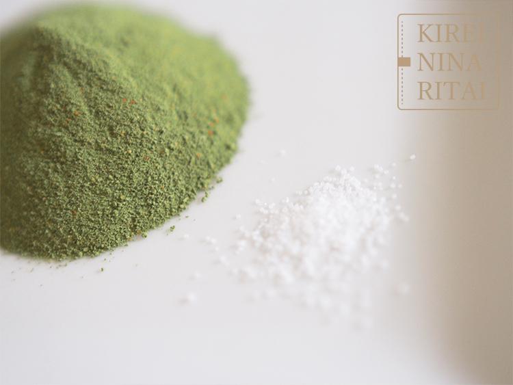 青汁サラダの粉末と塩の粒の大きさを比較